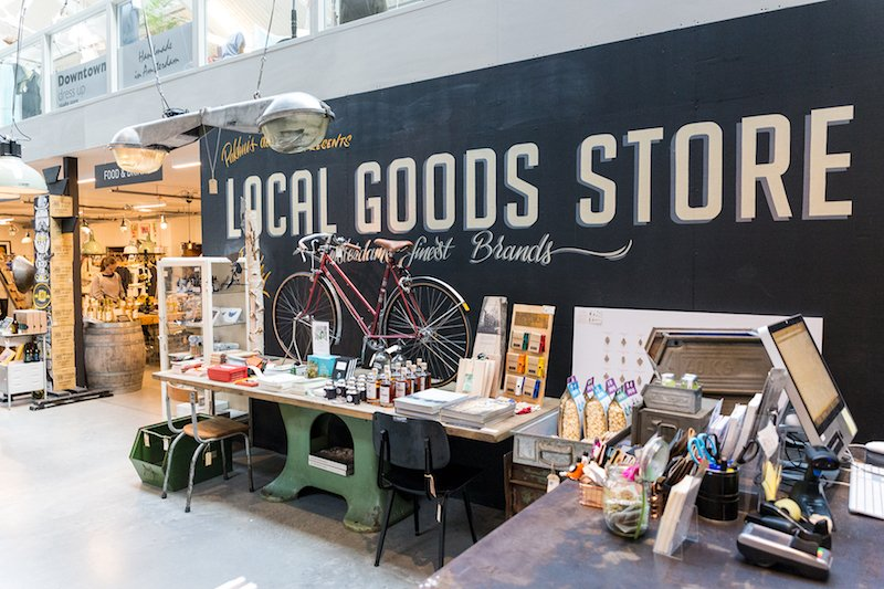 Gkazas bij de Local Goods Store