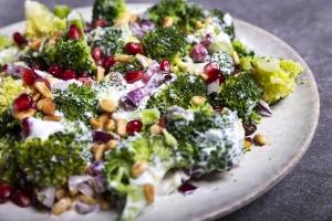 Broccolisalade met granaatappelpitjes en rozijnen 6