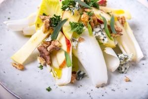 Gezond recept: frisse witlofsalade met blauwe kaas 5
